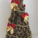 How to make a Christmas tree from cones